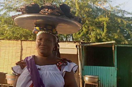 Adjatou Dicko : veuve de 48 ans et 18 ans de vente de poisson fumé dans la ville de Dori